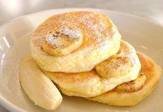 ① 薄力粉60gに牛乳70ccとリコッタチーズ100g、卵黄2個、ベーキングパウダー    小さじ1/2、塩1つまみを入れ混ぜます。  ② 卵白は泡立て器で角が立つまでしっかり泡立てます。