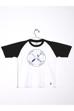 Camiseta blanca con mangas y cuello en contraste azul. Estampada con  rueda de  estaciones. www.mokkima.com