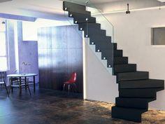 GAMME CONTEMPORAINE Escalier 1/4 tournant avec garde corps en verre. © OéBa