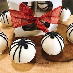 Spider Cake Ball Gift Halloween Cake Pops, Halloween Treats, Chocolate Spiders, Spider Cake, Confetti Cake, Tree Nuts, Halloween 2020, White Chocolate, Gifts