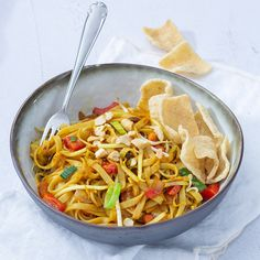 Bami goreng Mie Noodles, Ramen Noodles, Mantu Recipe, Chinese Chow Mein, Wassail Recipe, Healthy Cooking, Healthy Recipes, Dinner For 2, Asian Recipes