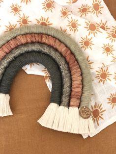 Macrame Wall Hanging Diy, Crochet Storage, Diy Bebe, Macrame Design, Macrame Patterns, Diy Arts And Crafts, Yarn Crafts, Rainbow Wall, Crafting