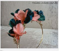 tocado con plumas Floral Headdress, Wedding Headdress, Feather Headpiece, Feather Art, Millinery Hats, Fascinator Hats, Fascinators, Diy Hair Accessories, Fashion Accessories