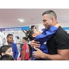 É muito gratificante receber o carinho dessas crianças! Um amor sincero! Obrigado #uppprovidência apoiado pelo Consulado Americano. Educação esporte e muita emoção de estar ali. #ufc #ufc190 @ufc by werdum