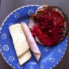 Panqueques de avena, linaza y semillas de chia, con mermelada natural de mora y fresa, jamón de pavo y queso Paipa