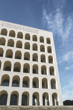 Le Palazzo della Civiltà Italiana est un hommage au Colisée, d'où son surnom de Colisée carré. Il a inspiré un grand nombre d'artistes, comme De Chirico, et de cinéastes, comme Fellini, Rossellini, Antonioni ou Peter Greenaway.