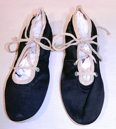Vintage Womens Black & White Cotton Canvas Ballet Flats Lace-up Bathing Slippers Shoes Vintage Shoes, Vintage Black, Vintage Outfits, 1920s Bathing Suits, 1890s Fashion, Bathing Costumes, Cinderella Shoes, White Shoes, Ballet Flats
