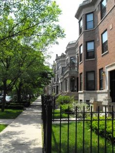 (Chicago Brownstone)  I think this buiding is in Lincoln Park and I think I've taken a picture of it myself <3