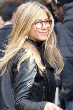 Jennifer Aniston hair color is as famous as she is for her popular films. Her light brown hair, with beautiful golden blonde highlights, looks stunning. Jennifer Aniston Glasses, Jennifer Aniston Hair Color, Golden Blonde Highlights, Hair Color Highlights, Newcastle, Inspirational Celebrities, Light Brown Hair, Trendy Hairstyles, Fashion Beauty