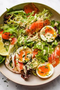 Keto Smoked Salmon Salad recipe with creamy caper chive Whole30 salad dressing makes a wonderful summer meal in less than 10 mins! Smoked Salmon Salad, Salmon Salad Recipes, Healthy Salad Recipes, Salmon Food, Smoked Salmon Omelette, Clean Eating, Healthy Eating, Soup And Salad, Vinaigrette