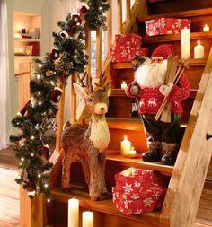 guirlande artificielle de sapin décorée de pommes de pin et ornements