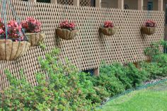 Outdoor decoration with a garden lattice 50 Ideas The garden lattice is a decorative panel for the exterior that is most often a wooden grill with several functions. It can act as an original fence fo. Fence Landscaping, Backyard Fences, Garden Fencing, Lattice Screen, Lattice Fence, Fences Alternative, Diy Privacy Screen, Front Yard Fence, Low Fence
