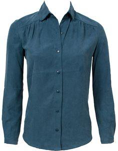 Vrouwelijke denim blouse van Komodo. deze blouse kan je het heel jaar door dragen. De blouse voelt heerlijk zacht aan en heeft een mooie pasvorm.