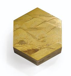A HEXAGONAL LACQUER BOX AND COVER, JAPAN, 19TH CENTURY