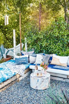 These 14 Spring Décor Ideas Will Make You Forget Winter Even Happened Outdoor Rooms, Outdoor Sofa, Outdoor Living, Outdoor Furniture Sets, Outdoor Decor, Garden Decor Items, Cool House Designs, Pool Houses, Home Look