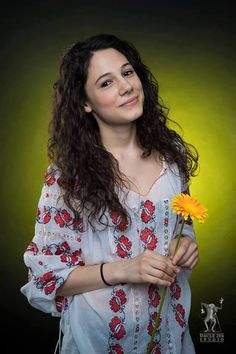 Nora has chosen to wear the traditional Romanian Label blouse with a beautiful flower and a smile! This look rocks! Beautiful Flowers, Beautiful People, Look Rock, International Day, Cool Pictures, Rocks, Label, Smile, Traditional