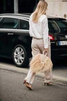 Street-Style: Die Looks von der Fashion Week in Mailand Street style: the looks of the Fashion Week in Milan Milan Fashion Week Street Style, Cool Street Fashion, Street Chic, Hollywood Fashion, Raffia Bag, Prada, Jacquemus, Topshop, Fringes