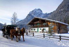 Weitere Infos: http://www.berchtesgadener-land.com Pferdeschlittenfahrten zur Wildfütterung im Nationalpark :Romantik verspricht eine Pferdeschlittenfahrt: Warm in eine Decke gehüllt gleiten Sie durch die Schneelandschaft. Ferien mit Schnee und Eis genießen und unvergessliche Wintererlebnisse im Berchtesgadener Land erfahren.         Der Nationalpark Berchtesgaden bietet vom Klausbachhaus am Hintersee Pferdekutschen-Fahrten bis zur Wildfütterung an.