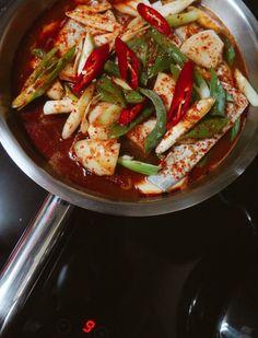 Shellfish Recipes, Vegetable Seasoning, Korean Food, Korean Recipes, Food Plating, Caprese Salad, Thai Red Curry, Stew, Pork