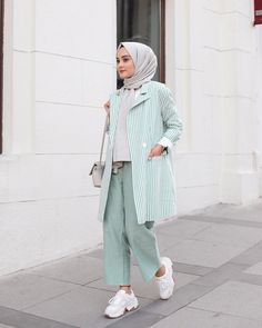 Image may contain: 1 person standing Hijab Fashion Summer, Modest Fashion Hijab, Modern Hijab Fashion, Street Hijab Fashion, Casual Hijab Outfit, Hijab Fashion Inspiration, Hijab Chic, Muslim Fashion, Dress Casual