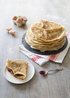 Crêpes sans lactose au lait d'avoine pour la Chandeleur, garnies de confiture de fraises et fruits rouges (crêpes sans lait de vache)