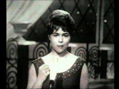 Eurovision 1962 - Germany - Conny Froboess - Zwei kleine Italiener Zwei kleine Italiener greift die Thematik der so genannten Gastarbeiter auf und traf damit genau den Nerv der Zeit, denn in den 1950er Jahren strömten Italiener und Spanier als Gastarbeiter nach Deutschland, sie versprachen sich Wohlstand durch harte Arbeit.