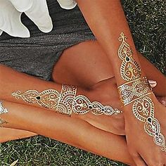 Your search for the perfect gold henna tattoo design ends here. Embrace some of the mind-blowing gold henna tattoo designs right here. Tattoo Henna, Gold Tattoo, Temp Tattoo, Metal Tattoo, Henna Body Art, Henna Art, Body Art Tattoos, Hand Tattoos, Gold Henna