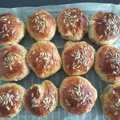 Luftige boller med rugmel Healthy Snacks, Healthy Eating, Danish Food, Food Crush, Bread Baking, Soul Food, Bread Recipes, Food And Drink, Favorite Recipes