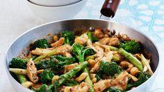 Mit asiatischen Gewürzen verfeinert: Gebratenes Hähnchen mit Brokkoli | http://eatsmarter.de/rezepte/gebratenes-haehnchen-mit-brokkoli
