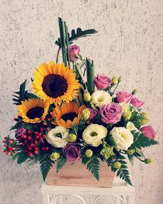 Church Flower Arrangements, Flower Centerpieces, Floral Arrangements, Floral Bouquets, Floral Wreath, Arte Floral, Camera Photography, Flower Basket, Diy Flowers