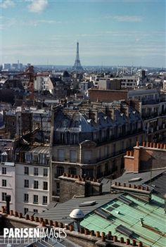 Les toits de Paris et la Tour Eiffel depuis la rue Réaumur. Paris (IIème arr.), novembre 1976. Photographie de Léon Claude Vénézia (1941-2013).
