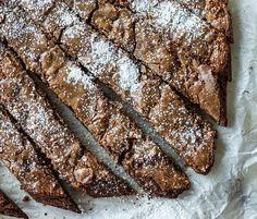 Δεν μπορώ να σας περιγράψω πόσο καιρό μου πήρε να βγάλω την απόλυτη συνταγή για brownie! Μετά από τοοοοοόσες και τοοοοοόσες δοκιμές είμαι περήφανος που μπορώ να σας δώσω την παρ...