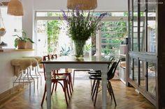 Sala de jantar com vista para o jardim dessa casinha de vila em São Paulo.