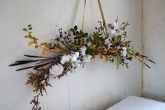 DIY Cotton Garland, detail by Justine Hand for Gardenista: You will note that I did not create a mirror image on both sides of the arrangement. It's more extemporaneous and natural that way. Arte Floral, Art Floral Noel, Deco Floral, Floral Design, Floral Garland, Flower Garlands, Winter Diy, Winter White, Winter Holiday