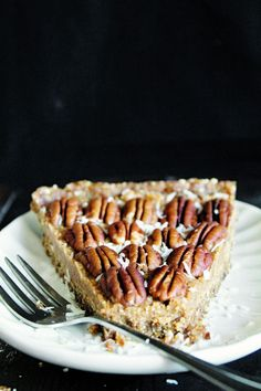 Raw Vegan Maple Pecan Pie via @runonrealfood - Easy to make with simple ingredient! Gluten-free.