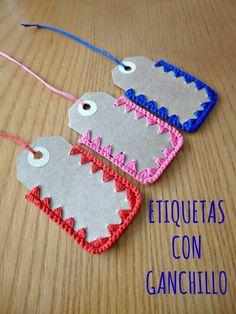 Etiquetas con puntilla de ganchillo Crochet Gifts, Cute Crochet, Crochet Hooks, Knit Crochet, Handmade Gift Tags, Crochet Decoration, Crochet Buttons, Paper Tags, Crochet Accessories