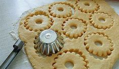 Быстрое песочное тесто-needs translation, but I like the method of cutting. Biscuit Cookies, Yummy Cookies, Cake Cookies, Cupcakes, Russian Desserts, Russian Recipes, Short Pastry, Cookie Recipes, Dessert Recipes