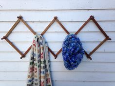 This listing if for a Wood Accordion Peg Rack. 3ed picture shows 3 hooks for easy hanging.  4th picture shows tiny nail holes that could be used to