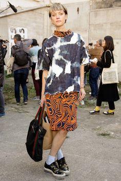 エディター界のショートヘアクイーン STYLEブロンドの刈り上げショートヘアが目を引くローラは、難易度の高いパターンONパターンを着こなすスタイリング力に注目が集まる。デニムのタイダイにジオメトリック柄のワ... Fashion 2020, Love Fashion, Girl Fashion, Fashion Outfits, Fashion Design, Fashion Trends, Textiles, Japanese Street Fashion, Shibori