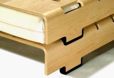 Aus einer Sperrholzplatte wird ein stapelbares Bett; eins aufs andere eine Couch, im Handumdrehen ein Doppelbett oder Gästebetten. Das Turtle ist die mobile Alternative zum unverrückbaren Wohnen - so einfach, so flexibel.