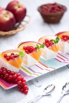 La #pannacotta allo #yogurt con #gelatina alla #pesca è una leggera alternativa al classico #dessert al #cucchiaio, amato in tutta #Italia! Adatto anche a chi soffre di #intolleranze come quella al #lattosio, questa ricetta sarà apprezzata da grandi e piccini: farà un figurone a tavola! #ricetta #GialloZafferano #italiandessert #italianrecipe