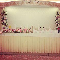 Decor floristic zona prezidium in nuanțe alb, ivory & roz. City Flowers, Love Flowers, Wedding Flowers, Wedding Day, Flower Decorations, Wedding Decorations, Ivory, Photo And Video, Pink
