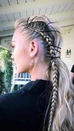 If you like crazy hairstyles, you should try the trend of braided punk hair. Braided hairstyles have become very popular in recent years! The hair trend of the. Trending Hairstyles, Pretty Hairstyles, Hairstyle Ideas, Crazy Hairstyles, Updo Hairstyle, Hairstyles Haircuts, Braided Hairstyles For Long Hair, Side Braids For Long Hair, Hair Ideas