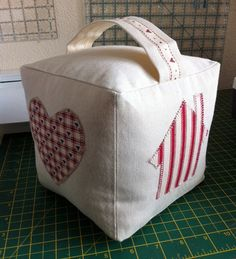 Sew up a door stop. Diy Arts And Crafts, Home Crafts, Doorstop Pattern Free, Quilting Projects, Sewing Projects, Fabric Crafts, Sewing Crafts, Fabric Door Stop, Sewing To Sell