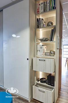 meble na wymiar Komandor / szafy i regały / oświetlenie LED / Biały Akryl HG / płyta meblowa Wiąz Largo