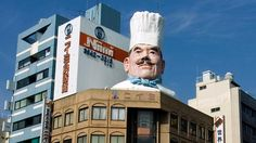 Giant chef head at the south end of Kappabashi Street, Tokyo's Kitchenware Town! Knives, crockery, tools, and food prep solutions galore.wanna see? Tokyo Kitchen, Tokyo Shopping, Tokyo Trip, Japan Trip, Great Places, Places To Go, Tokyo Streets, Go To Japan, Tokyo Travel