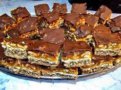 Reteta culinara Desert prajitura Snickers din categoria Prajituri. Cum sa faci Desert prajitura Snickers Romanian Desserts, Romanian Food, Profiteroles, Churros, Sweets Recipes, Cooking Recipes, Macarons, Good Food, Yummy Food