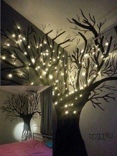 Mit schwarzer Farbe einen Baum an die Wand malen und anschliessend Led Lichterketten anbringen