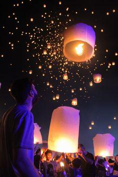 Yee Peng Lantern Festival, a mesmerizing night of lights - The Farang Life Floating Lanterns, Sky Lanterns, Travel Aesthetic, Blue Aesthetic, Japanese Lantern Festival, Fantastic Art, Flower Wallpaper, Thailand Travel, Dream Big