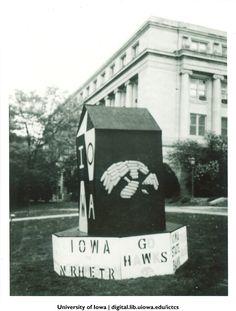 Homecoming corn monument, The University of Iowa, 1990 http://digital.lib.uiowa.edu/cdm/ref/collection/ictcs/id/3776b